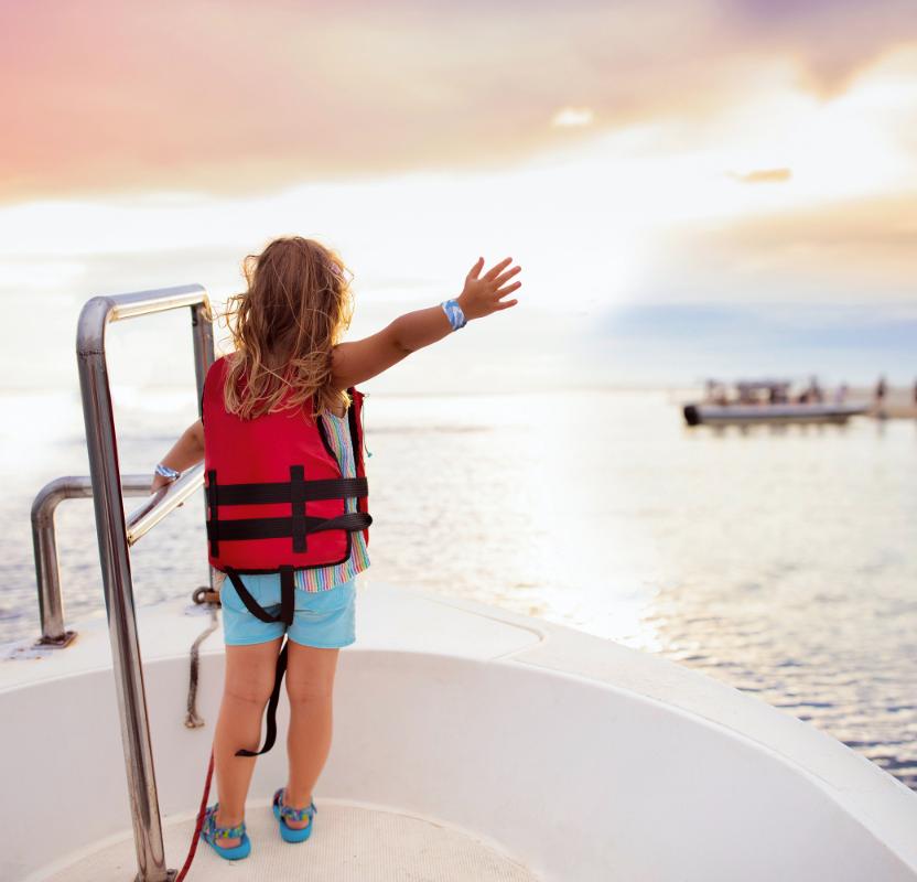 船に乗っている子供の画像